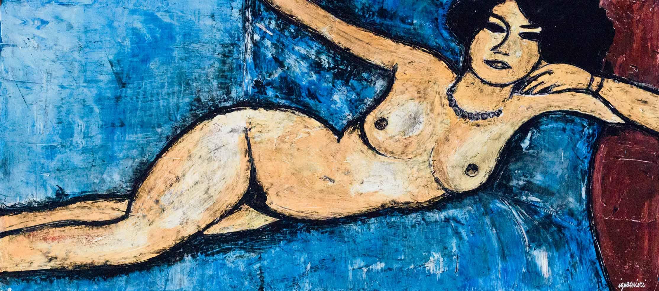 nudo sul letto blu